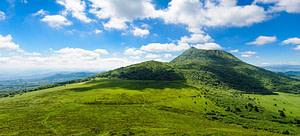 Paysage verdoyant du parc naturel régional des volcans d'Auvergne