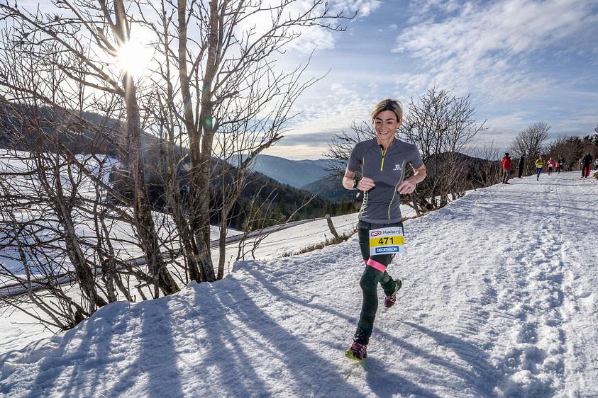 Sportive pratiquant le trail d'hiver