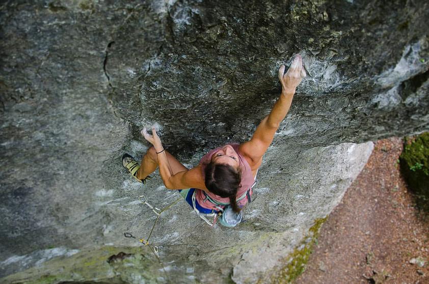 femme escalade roche