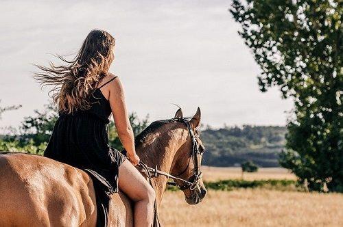 Ballade et randonnée à cheval, randonneuse sur son cheval