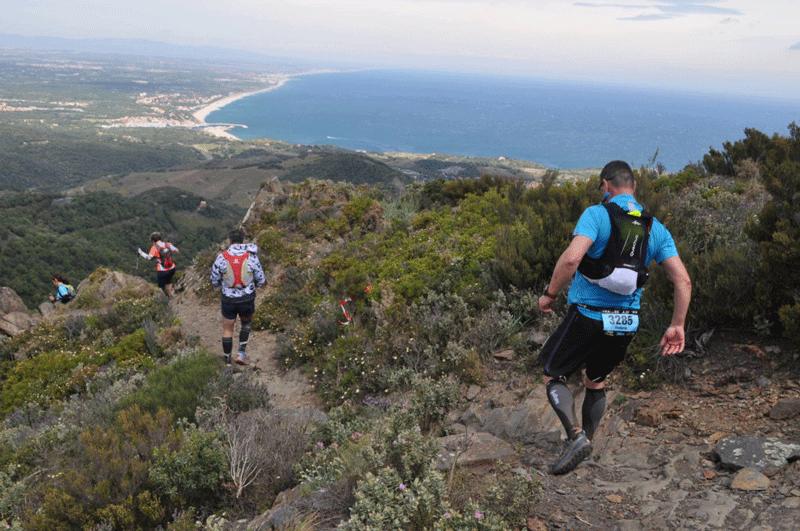 Sportif effectuant un trail sur le littoral