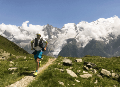 Sportif pratiquant le trail en montagne